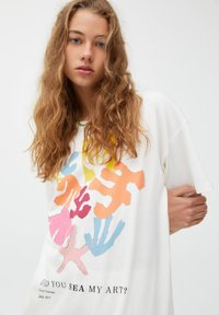 PULL&BEAR - MIT BUNTEM ALGENMOTIV UND RUNDAUSSCHNITT. - Print T-shirt - off-white - 3