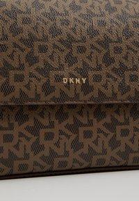 DKNY - BRYANT FLAP CBODY SUTTON - Across body bag - mocha/driftwood - 6