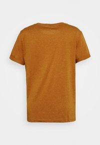 ONLY Carmakoma - CARBESS LIFE TEE - T-shirts med print - pumpkin spice melange - 1