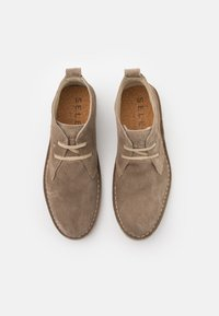 Selected Homme - SLHRICKY CHUKKA BOOT STRAP - Casual lace-ups - sand - 3