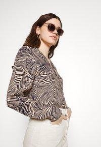 Vero Moda - VMGEA - Skjorte - brown - 3