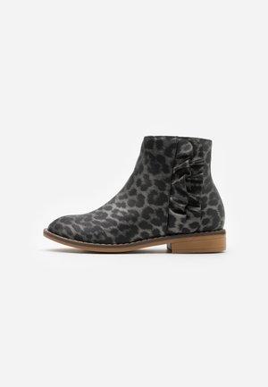 RUFFLE ANKLE BOOT - Støvletter - grey