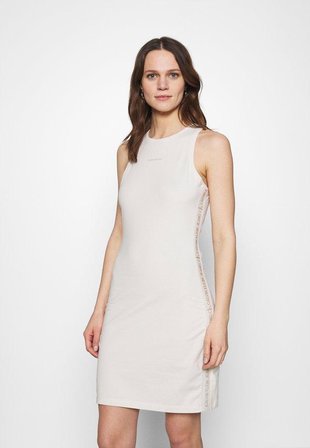 LOGO RACER BACK DRESS - Žerzejové šaty - white sand