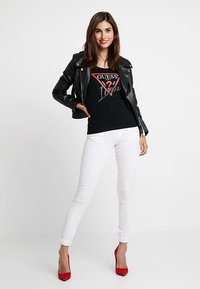 Guess - ICON TEE - Print T-shirt - jet black - 1