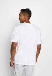 adidas Originals - TEE UNISEX - T-shirt med print - white/crew blue - 2
