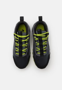 Columbia - YOUTH FLOW BOROUGH LOW UNISEX - Hiking shoes - graphite/acid green - 3