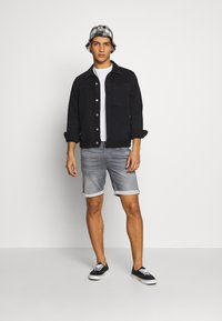 Jack & Jones - JJIRICK JJICON - Short en jean - grey denim - 1