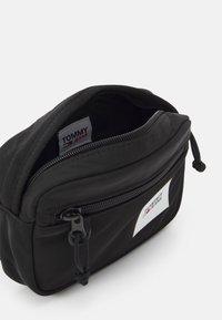 Tommy Jeans - URBAN ESSENTIALS BUMBAG - Bum bag - black - 2