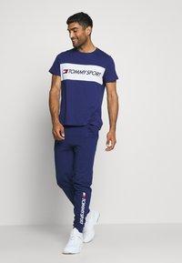 Tommy Hilfiger - COLOURBLOCK LOGO - T-shirt med print - blue - 1