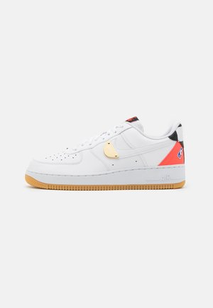 AIR FORCE 1 '07 LV8 UNISEX - Tenisky - white/bright crimson/black/university red/rush blue