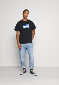 Mennace - PRIDE TICKET UNISEX - Print T-shirt - black - 1
