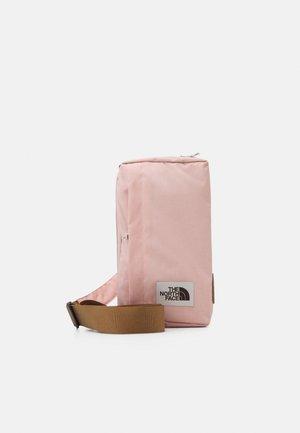 FIELD BAG - Sac bandoulière - mottled light pink/brown/off white