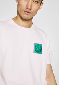 Vivienne Westwood Anglomania - NEW BOXY CLIMATE PATCH - Print T-shirt - pink - 5