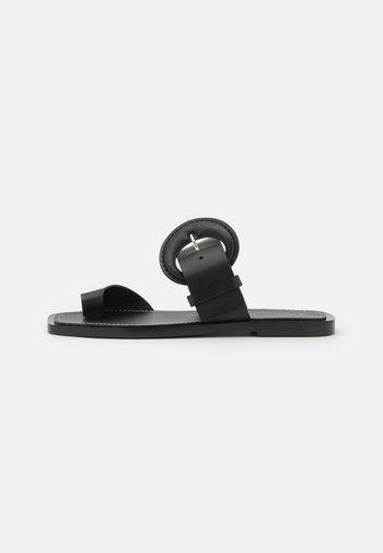BUCKLE TOE RING SLIDE - T-bar sandals - black