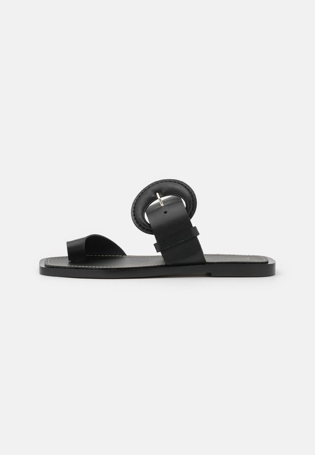 BUCKLE TOE RING SLIDE - Sandaler m/ tåsplit - black