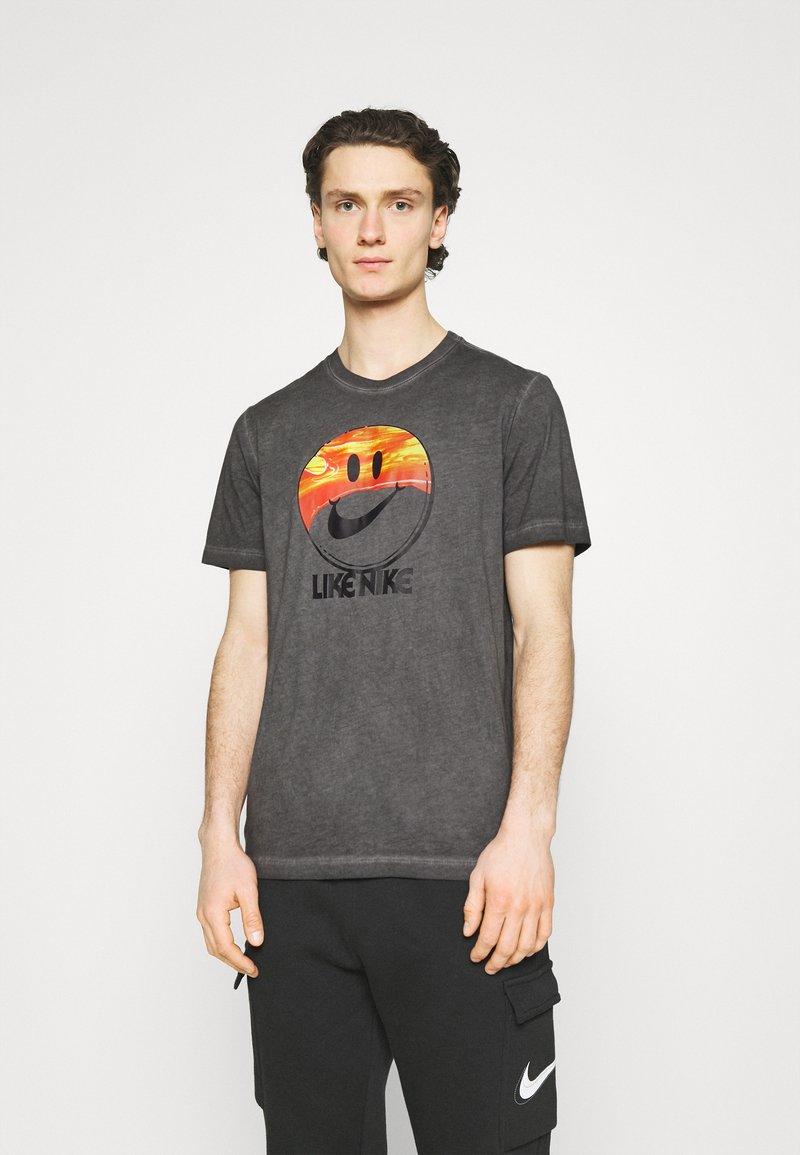 Nike Sportswear - TEE LIKE DYE - T-shirt med print - black