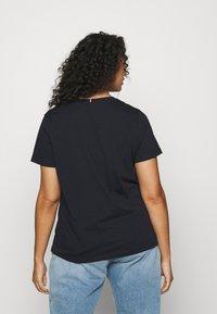 Tommy Hilfiger Curve - NEW V NECK TEE - Basic T-shirt - desert sky - 2