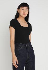 Glamorous - 2 PACK SQUARE NECK BODY  - Basic T-shirt - black/green - 1