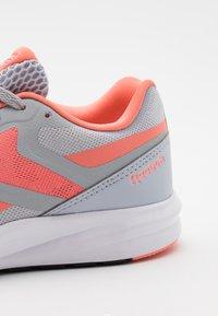 Reebok - RUNNER 4.0 - Neutrální běžecké boty - coral/pure grey/cold grey - 5