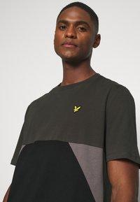 Lyle & Scott - TRIO GEO PANEL - Print T-shirt - raven/jet black - 4