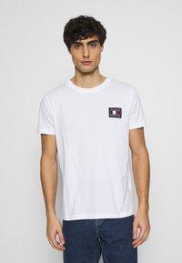Tommy Hilfiger - ICON ESSENTIALS TEE - T-shirt con stampa - white - 0