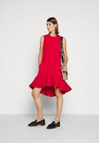Victoria Victoria Beckham - PINTUCK FLOUNCE HEM SHIFT DRESS - Denní šaty - postbox red - 1
