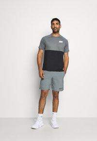 Nike Performance - DRY - Camiseta estampada - black/smoke grey/white - 1