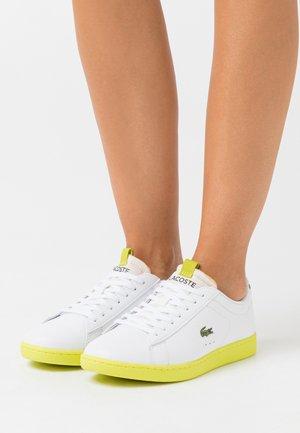 CARNABY EVO - Sneakers basse - white/yellow