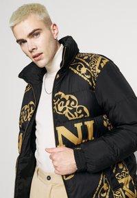 Karl Kani - RETRO REVERSIBLE PUFFER JACKET UNISEX  - Light jacket - black - 4