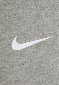 Nike Sportswear - REPEAT TEE - T-shirt med print - dk grey heather/white - 2