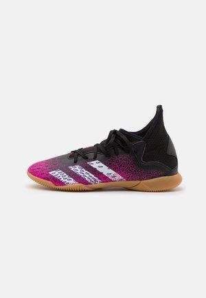 PREDATOR FREAK .3 IN UNISEX - Indoor football boots - core black/footwear white/shock pink
