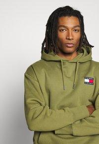 Tommy Jeans - BADGE HOODIE UNISEX - Sweat à capuche - uniform olive - 3