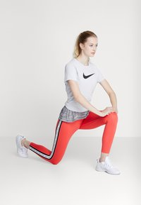 Nike Performance - DRY TEE CREW - T-shirt con stampa - white/black - 1