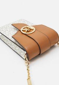 MICHAEL Michael Kors - CHARM PHONE XBODY - Across body bag - vanilla/acorn - 4