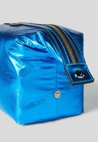 KARL LAGERFELD - WASHB METALLIC - Wash bag - a326 metallc bl - 2
