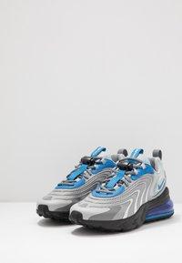 Nike Sportswear - AIR MAX 270 REACT ENG - Sneakersy niskie - light smoke grey/battle blue/smoke grey/black/hyper blue/white - 2