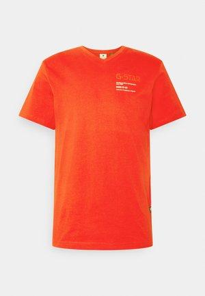 CHEST GRAPHIC - Print T-shirt - dark candy