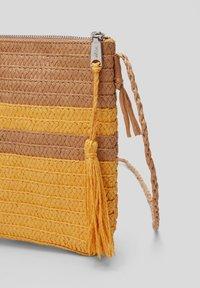 s.Oliver - Across body bag - beige stripes - 3