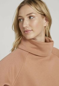 TOM TAILOR DENIM - MIT ROLLKRAGEN - Sweatshirt - clay rose - 3