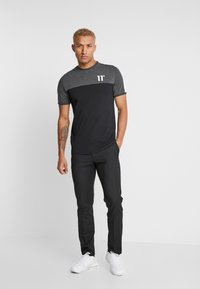 11 DEGREES - PANEL BLOCK - T-shirt print - black/anthracite marl/white - 1