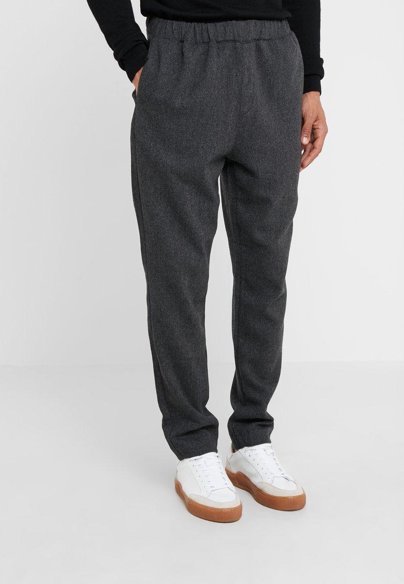 Bruuns Bazaar - CLEMENT CLARK PANT - Trousers - antracite