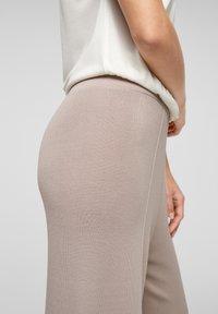 s.Oliver BLACK LABEL - Trousers - light grey - 4