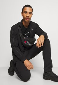 Champion - LEGACY TAPE LONG SLEEVE - Long sleeved top - black - 1