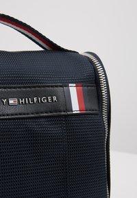 Tommy Hilfiger - ELEVATED HANGING WASHBAG - Weekend bag - blue - 5