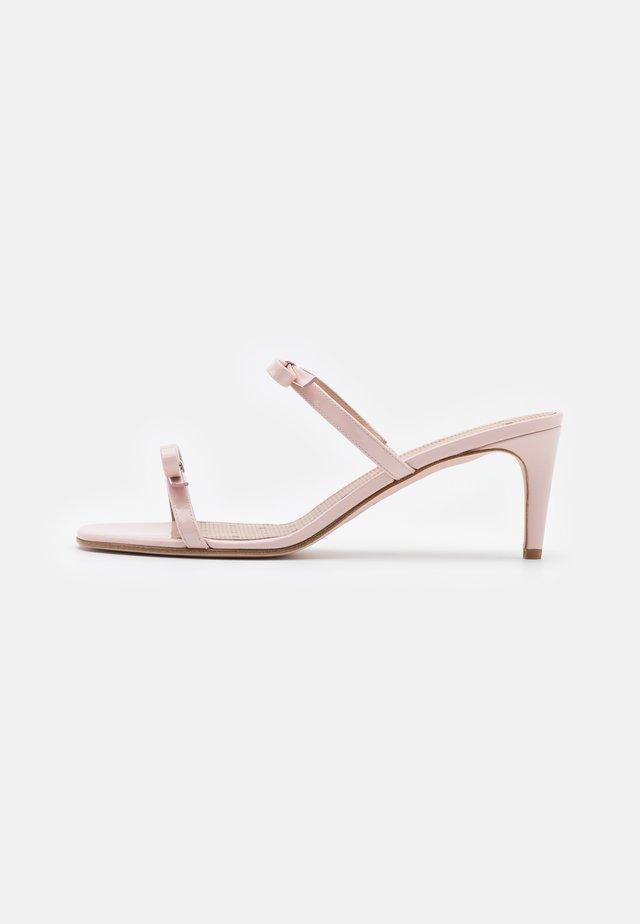 Pantofle na podpatku - nude