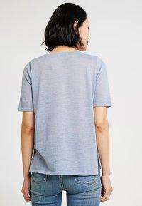 MAERZ Muenchen - RUNDHALS - T-shirt imprimé - clear blue - 2