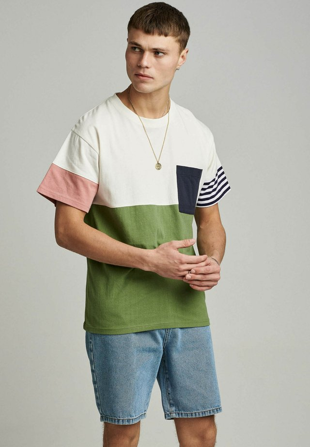 T-shirt con stampa - vineyard green