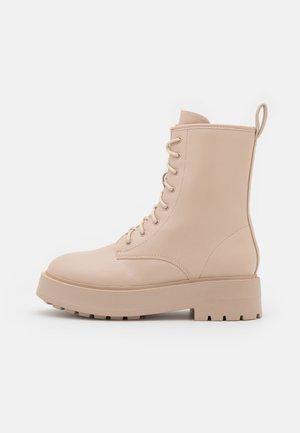 PERFECT LACED UP BOOT - Kotníkové boty na platformě - creme