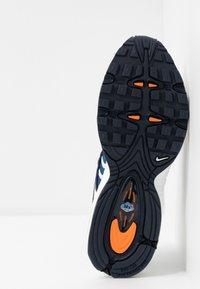 Nike Sportswear - AIR MAX TAILWIND - Zapatillas - white/saffron quartz/magma orange/obsidian/cerulean - 6