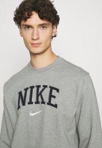 Nike Sportswear - RETRO CREW - Sweatshirt - dark grey heather - 4